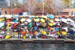 大约晚秋天的多伦多Harborfront 2015年:被存放的五颜六色的皮船 库存照片