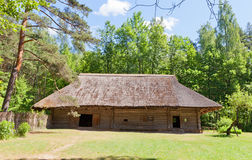 大约17世纪70年代的打谷的房子在民族志学露天博物馆  免版税库存照片