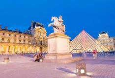 巴黎-大约2014年6月:微明的罗浮宫 天窗museu 免版税库存图片