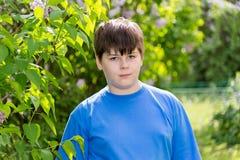 大约12年的男孩在公园 库存照片