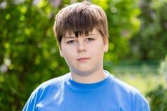 大约12年的男孩在公园 免版税库存照片