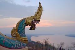 大纳卡人雕象和日落视图向湄公河 免版税库存照片