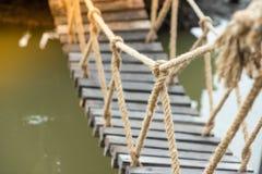 大绳索由木桥制成 免版税库存照片