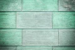 大绿色和绿松石板材墙壁  大砖,自然石头的模仿 纹理,与小插图的照片 免版税库存照片