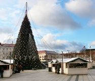 大绿色圣诞节杉树和Xmas市场在一座大广场 免版税库存照片