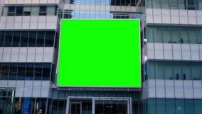 大绿色屏幕电视的行动在企业大厦的您的广告的 影视素材