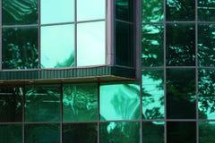 大绿色玻璃窗口在城市购物中心 免版税库存图片