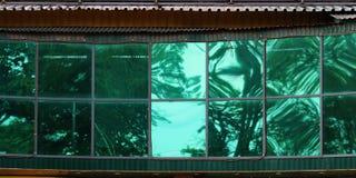 大绿色玻璃窗口在城市购物中心 库存图片