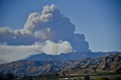 大缕缕烟上升入维特纳天空在The Creek火期间 库存照片