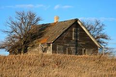 大网茅草包围的农村被放弃的农厂家 免版税库存照片