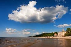 大美丽的云彩在海滩的一个夏日 免版税库存图片