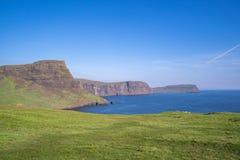 大美丽的峭壁和绿色领域 免版税库存图片