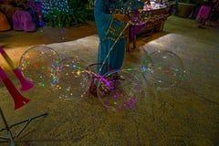 大美丽的胶凝体气球、被绘的光和电灯泡 做的照片2012年8月9日 免版税图库摄影