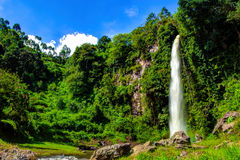 大美丽的自然瀑布在万隆印度尼西亚 免版税库存照片