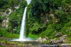 大美丽的自然瀑布在万隆印度尼西亚 免版税库存图片