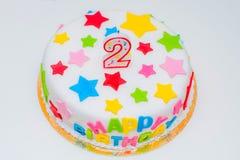 大美丽的蛋糕为与蜡烛的一生日快乐以两的形式 库存图片