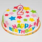 大美丽的蛋糕为与蜡烛的一生日快乐以两的形式 库存照片
