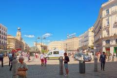 大美丽的Square普埃尔塔台尔Sol在马德里,有游人的和 免版税库存照片