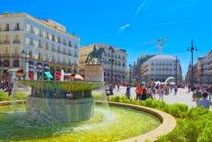 大美丽的Square普埃尔塔台尔Sol在马德里,有游人的和 图库摄影