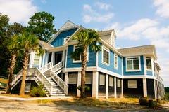 大美国风格的蓝色木房子在卡罗来纳州乡下在晴天 免版税库存图片