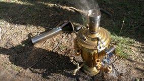 大老古铜色俄国式茶炊在地面上站立并且准备茶 股票视频