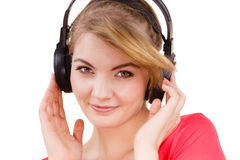 大耳机听的音乐的妇女被隔绝 库存图片