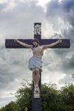 大耶稣受难象在坟园 库存照片