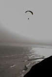 大胆滑动在海洋的一个孤立滑翔伞沿着利马秘鲁的岸线 免版税库存图片