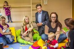 大臣曼努埃拉Schwesig在幼儿园 库存照片