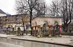大臣的坟墓(turbe)在特拉夫尼克 达成协议波斯尼亚夹子色的greyed黑塞哥维那包括专业的区区映射路径替补被遮蔽的状态周围的领土对都市植被 库存图片