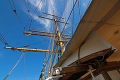 大船上所携带的小艇和詹姆斯克雷格帆柱和索具,三上了船桅三桅帆 库存照片