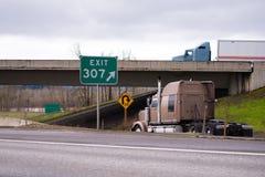 大船具半交换进用在高速公路exi的不同的方向 免版税库存照片