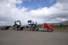 大船具强有力的半卡车运输两辆其他卡车被装载的o 免版税库存照片
