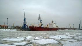 大船在冬天 库存照片
