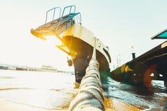 大船,绳索特写镜头正面图在码头附近的 库存照片