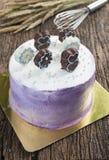 大花梢蛋糕和巧克力在上面 免版税库存照片