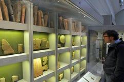 大英博物馆看看的访客楔形文字的片剂 库存图片