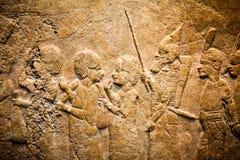 大英博物馆-从显示埃及大厦的亚述人墙壁的细节在背景 免版税库存图片
