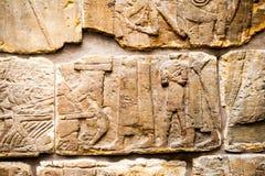 大英博物馆-从显示埃及大厦的亚述人墙壁的细节在背景 免版税库存照片
