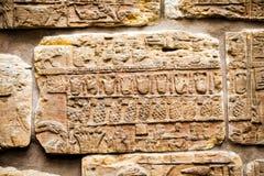 大英博物馆-从显示埃及大厦的亚述人墙壁的细节在背景 库存图片