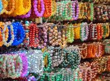 大范围五颜六色的宝石镯子和小珠首饰 免版税图库摄影