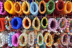 大范围宝石镯子和五颜六色的小珠首饰 图库摄影