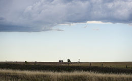 大草原谷仓和风车 图库摄影