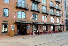 大草原,乔治亚酒吧和餐馆在河街道上 库存图片