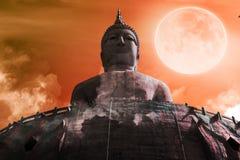 大菩萨雕象满月背景 免版税库存照片