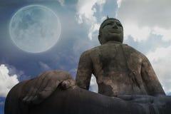 大菩萨雕象满月背景 库存图片