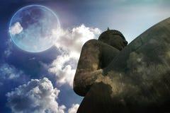 大菩萨雕象满月背景 免版税库存图片