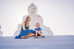 大菩萨雕象的母亲和儿子游人 在普吉岛泰国一个高小山顶被修造了能从远方被看见 免版税库存图片