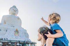 大菩萨雕象的父亲和儿子游人 在普吉岛泰国一个高小山顶被修造了能从远方被看见 免版税库存图片