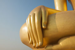 大菩萨雕象的金黄手指 免版税库存照片